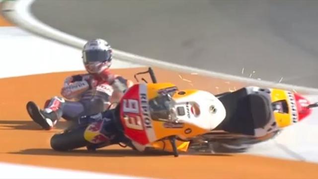 Márquez se va al suelo en los entrenamientos de Cheste en el primer duelo contra Dovizioso