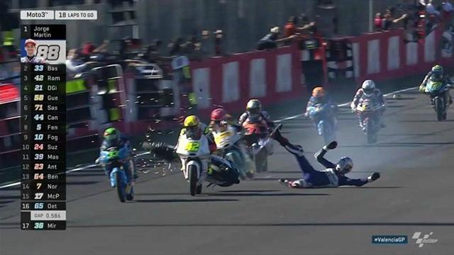 Le gros fail et la chute spectaculaire de Di Giannantonio en Moto3