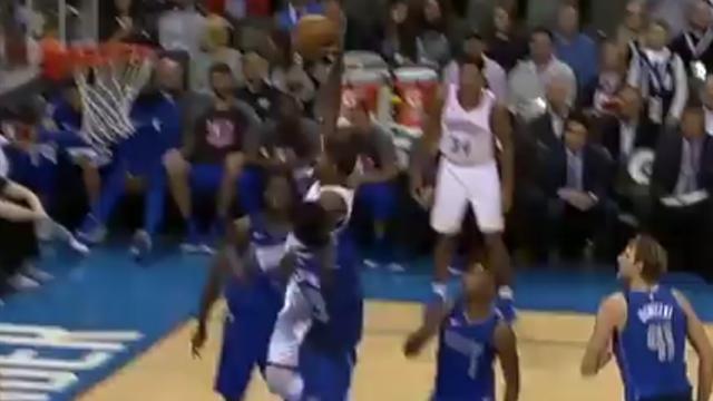 La giocata della notte: Westbrook cede il pallone a George, che realizza il canestro perfetto