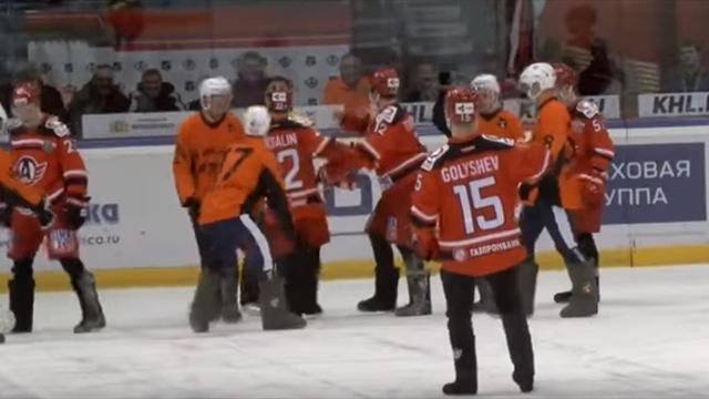 Уральские боги спорта собрали 500 тысяч рублей для детей из интерната, проведя матч в валенках