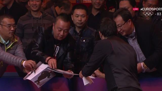 La pasión de los aficionados chinos por Ronnie O'Sullivan: Lluvia de autógrafos tras la victoria