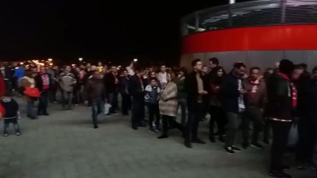Video largas colas y momentos de confusi n a las puertas for Puertas wanda metropolitano