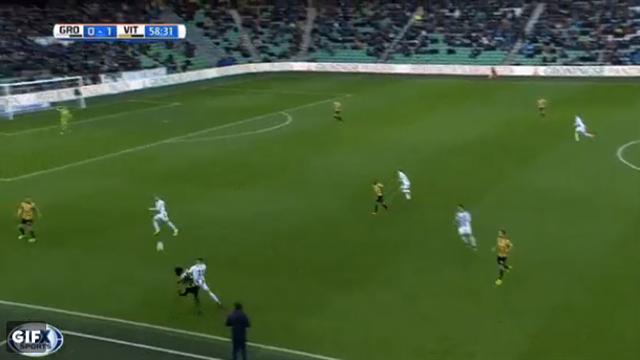Футболист нидерландского футбольного клуба забил гол всвои ворота ссередины поля