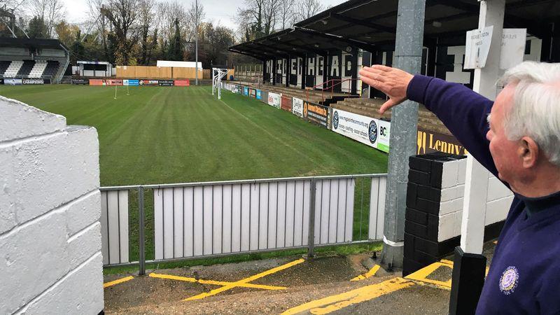 """Il direttore e segretario del Maidenhead United Ken Chandler mostra """"York Road"""", lo stadio di calcio più antico del mondo ancora in attività"""