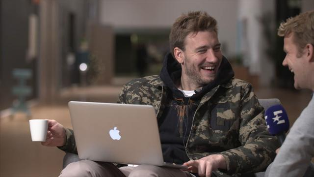 Se Bendtners herlige reaksjon når han ser et gammelt minne
