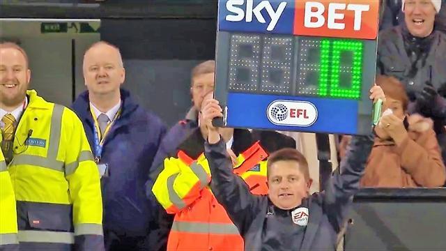 Norwich, il guardalinee dà forfait: tifoso scende dagli spalti e sostituisce il quarto uomo