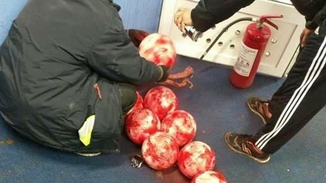 Боснийский клуб вручную выкрасил мячи в красный цвет, чтобы избежать переноса матча