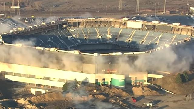 Стадион вСША устоял после серии взрывов, направленных наего снос
