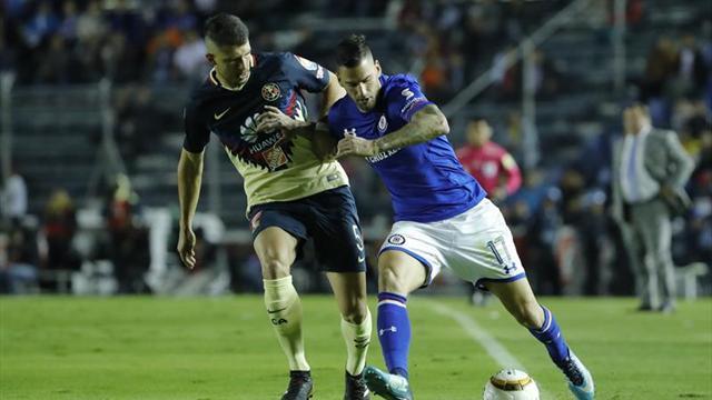 El español Edgar Méndez es suspendido seis partidos por escupir a rival