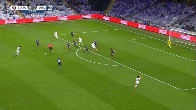 Romarinho s'offre à Al Jazira un but de 25 mètres... avec l'aide de l'arbitre