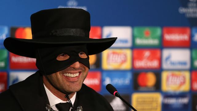 Donezk-Trainer als Zorro zur Pressekonferenz