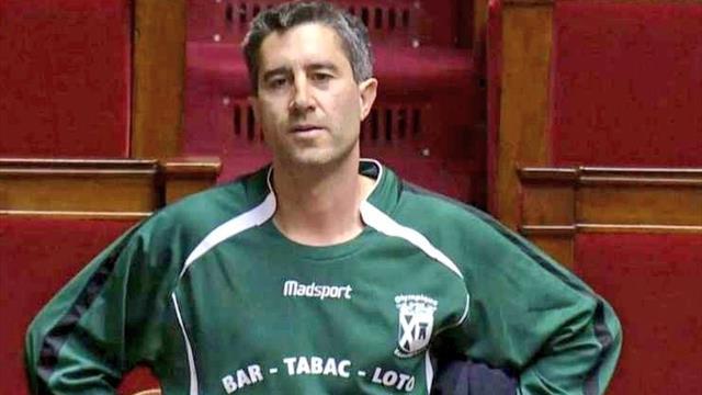 Multan a un diputado francés por lucir una camiseta de fútbol en la Asamblea