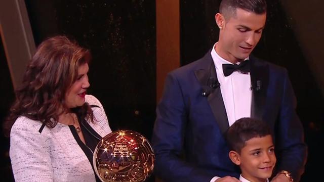 La espectacular entrega del Balón de Oro a Cristiano en plena Torre Eiffel