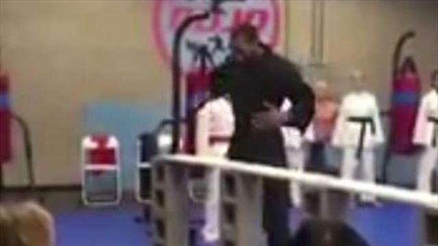 Kawhi Leonard demuestra sus dotes de karateka justo antes de su regreso