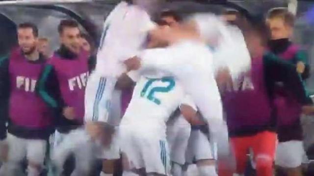 Попытка Каземиро оседлать Марсело во время празднования гола завершилась эпичным крушением