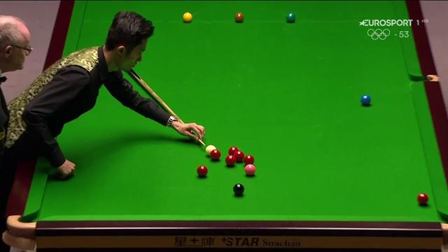 Ma è snooker, shanghai o Subbuteo? Cao Yupeng accosta con la stecca appoggiata sul tavolo