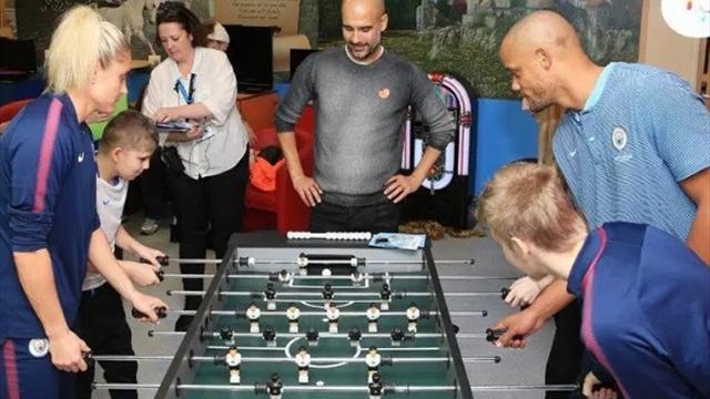 Пеп, Компани и Агуэро сходили в госпиталь к больным детям и сыграли с ними в настольный футбол