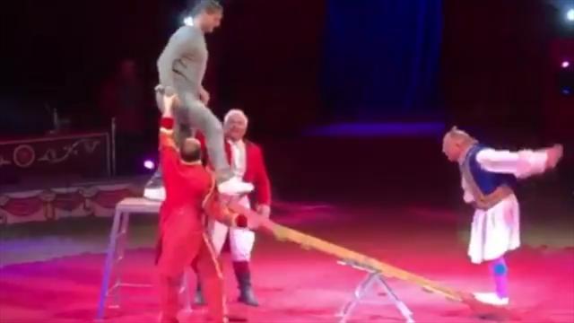 Тотти с женой выступил в цирке и разломал качели