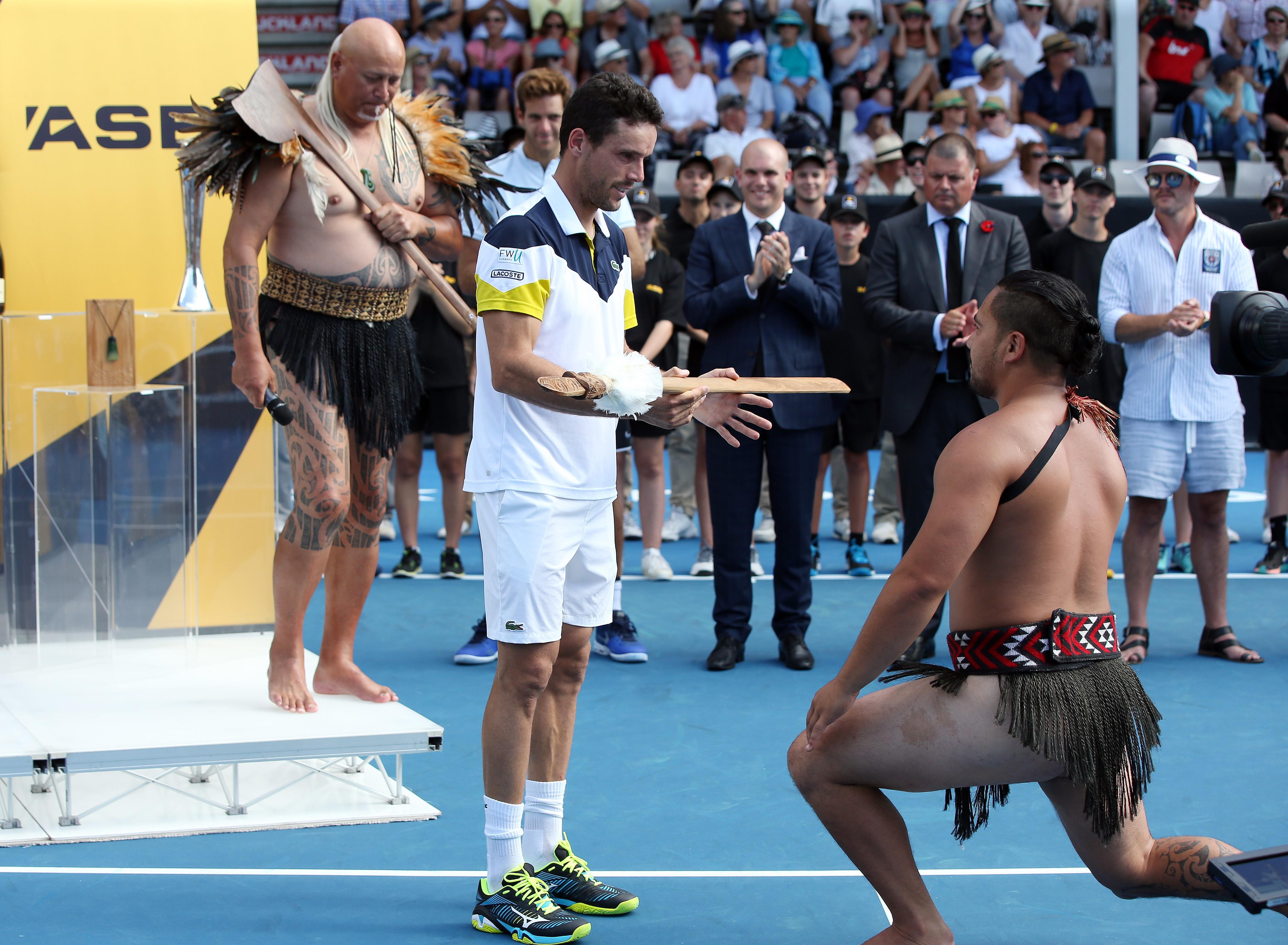 Roberto Bautista Agut reçoit une lance d'un Maori après son titre à Auckland en 2018