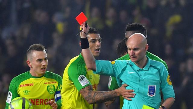 L'arbitre tacle un joueur de Nantes — Buzz
