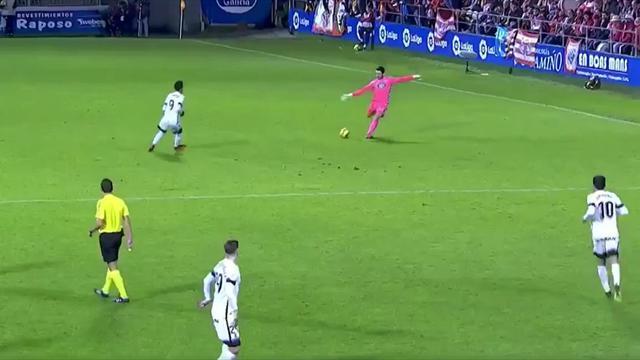 En Espagne, un gardien régale en marquant un but fou de sa moitié de terrain