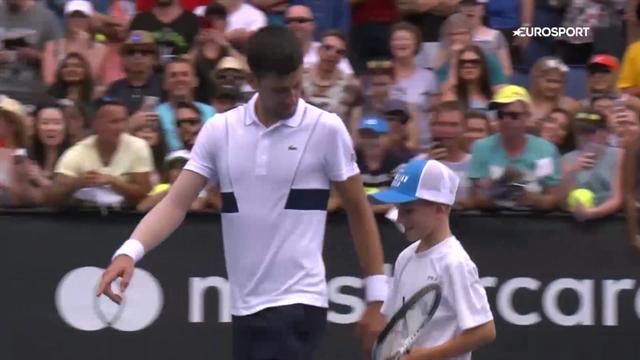 Джокович выцепил ребенка с трибуны, поиграл с ним в теннис и проиграл розыгрыш