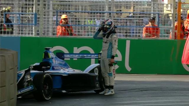 Schon ist's passiert: Prost schrottet Auto im Training