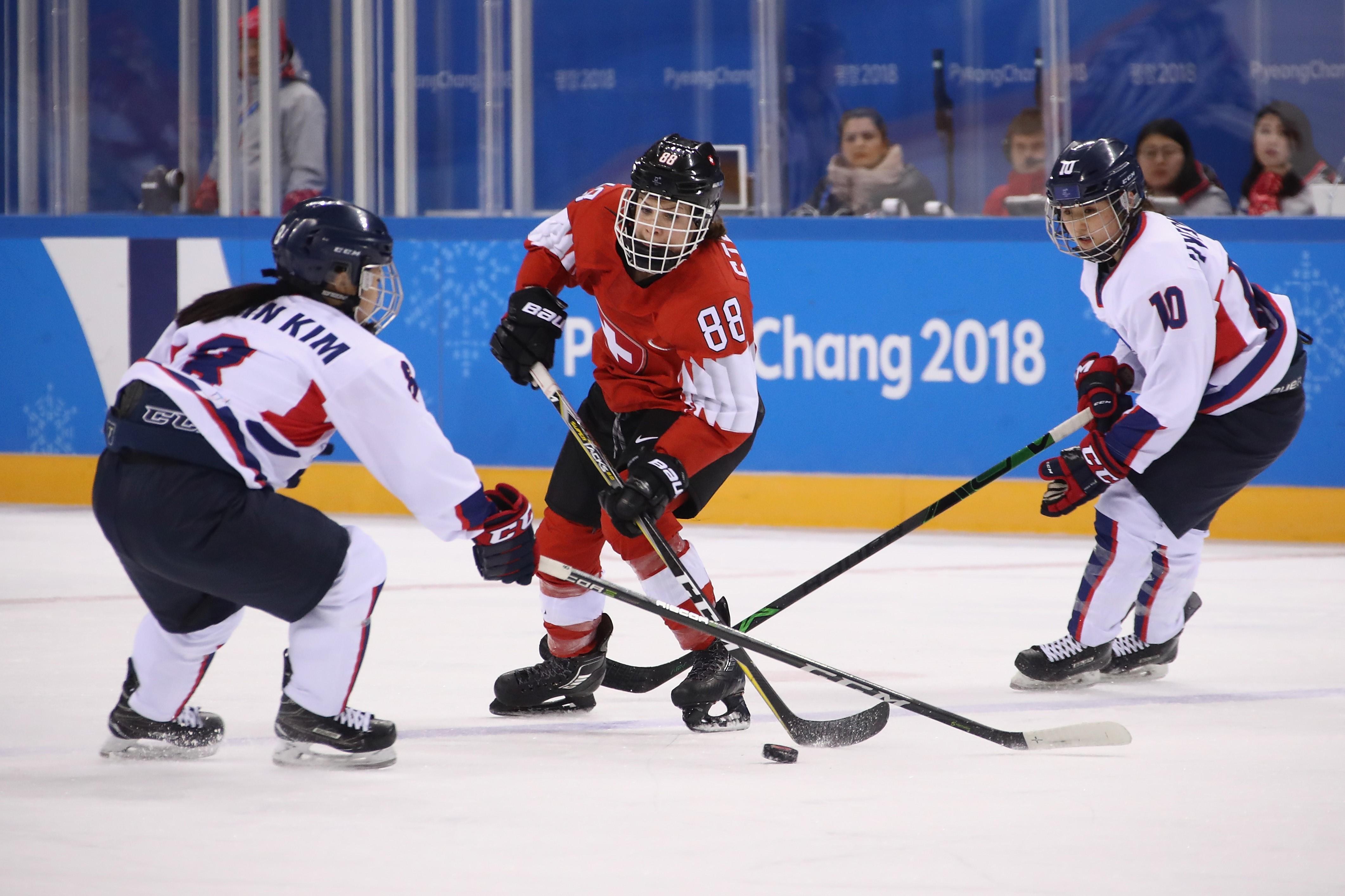 Les joueuses de hockey sur glace de la Corée unifiée face à la Suisse aux Jeux Olympiques de PyeongChang