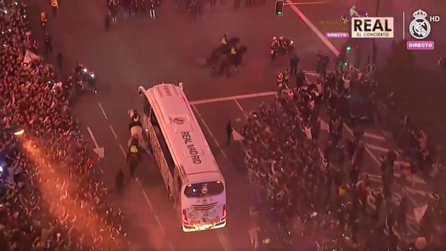 Ambiance de folie autour de Bernabéu à l'arrivée du bus du Real Madrid