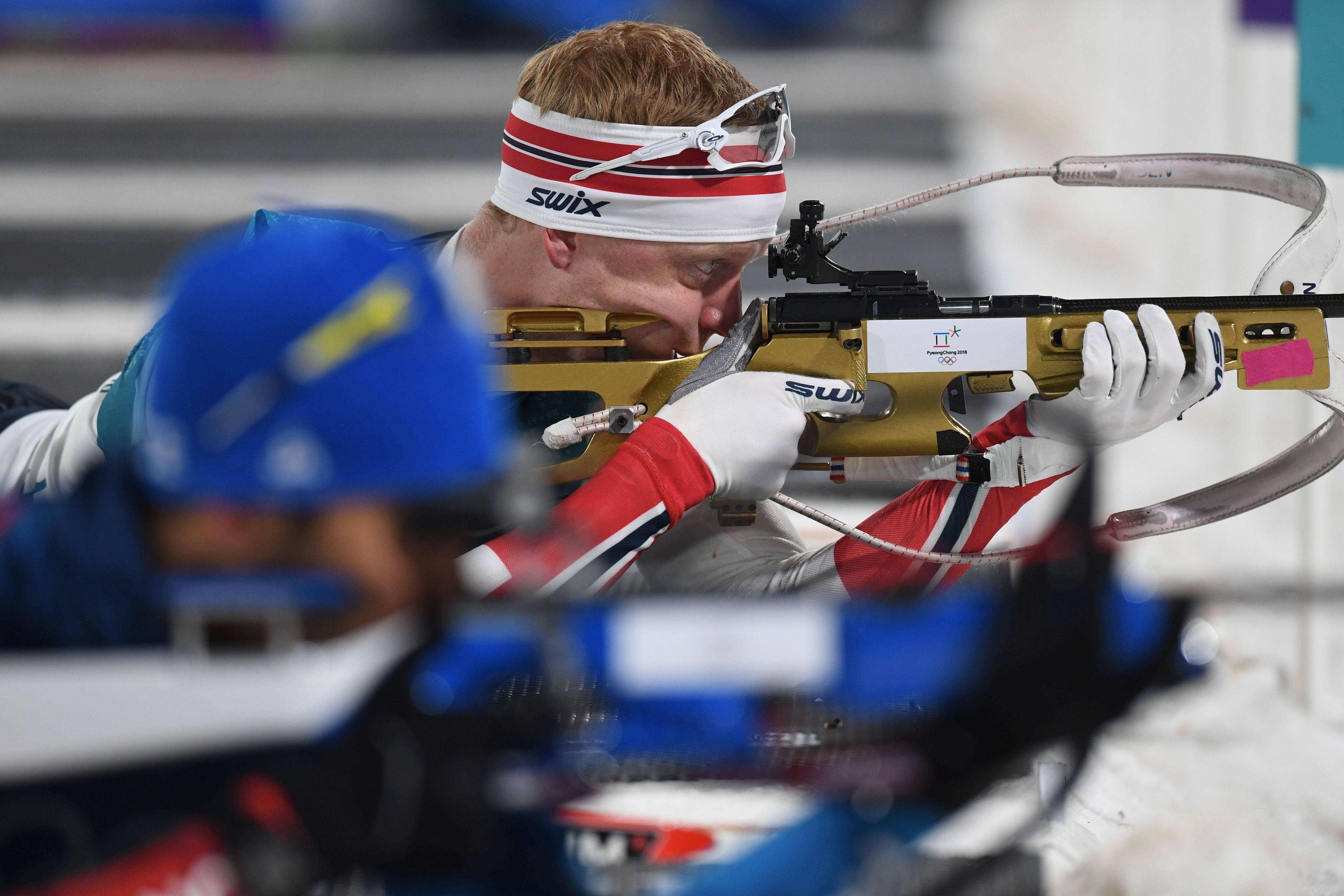 Johannes Boe au tir derrière Martin Fourcade sur la mass start des Jeux