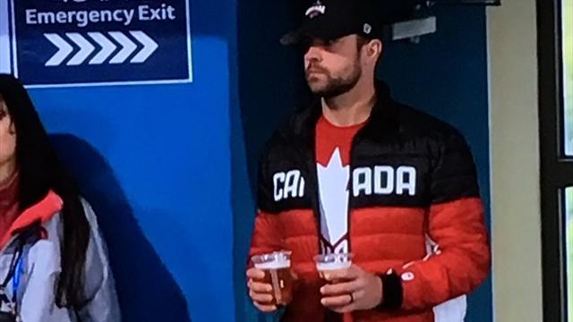 Муж канадской керлингистки стал интернет-звездой, осушив в 9 утра 4 стакана пива