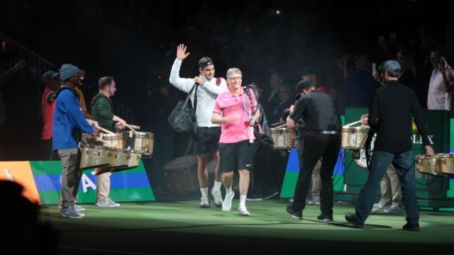 Avec Bill Gates, Roger Federer joue à genoux