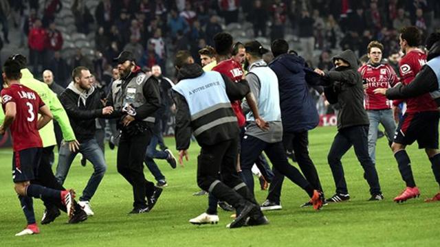 VÍDEO: Aficionados del Lille invaden el campo para agredir a sus propios jugadores