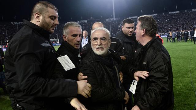 Silahla sahaya giren PAOK Başkanı özür diledi