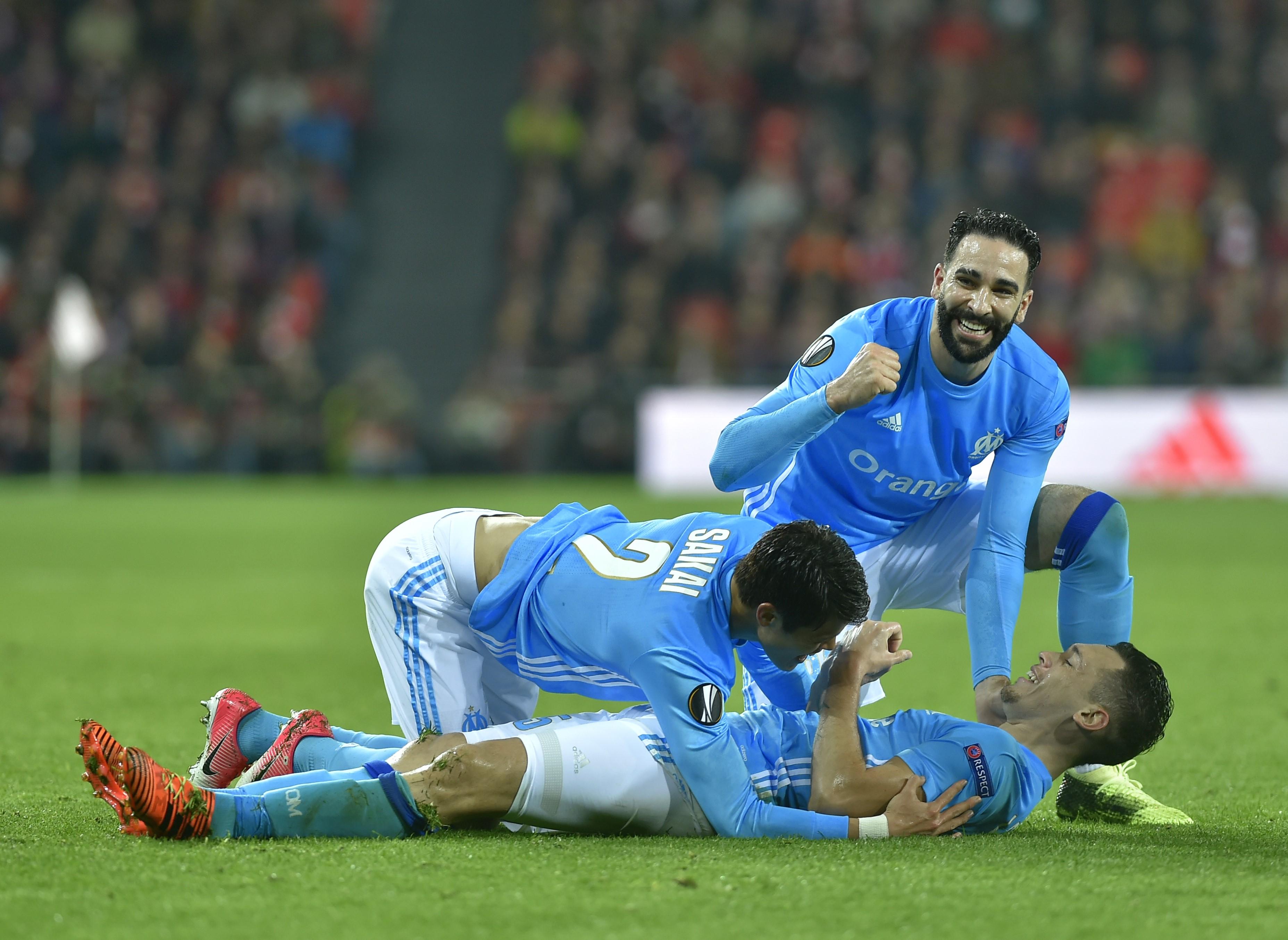 Adil Rami et Lucas Ocampos félicitent Lucas Ocampos face à Bilbao