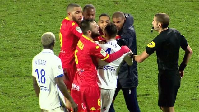 Surréaliste : deux joueurs d'Auxerre se battent en plein match