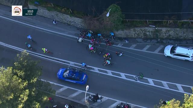 Mark Cavendish smashes into bollard in horrible crash