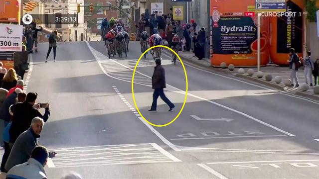 Volta a Catalunya: Un hombre cruzando por delante de los ciclistas en pleno esprint