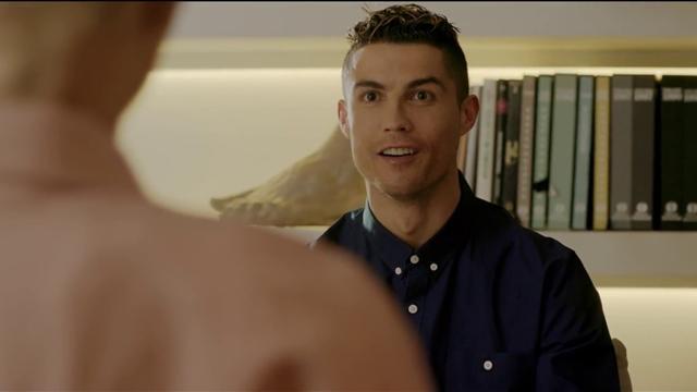 Ronaldo enseña su grito de guerra a la robot Sophia en un nuevo anuncio
