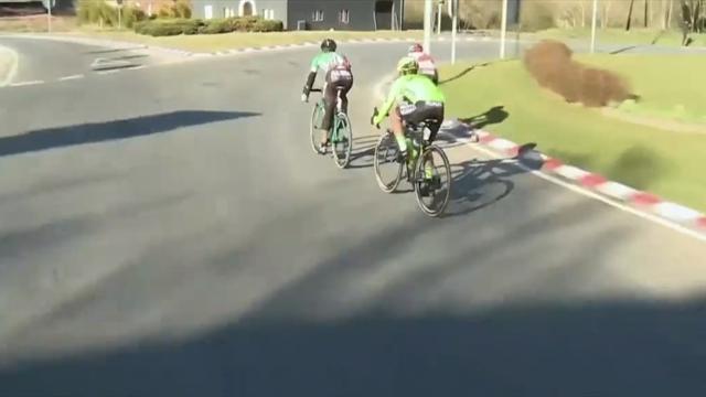 El despiste de De Gendt en una rotonda, ¡se pasó la salida!