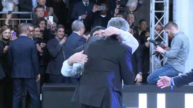 Quand Maradona croise Mourinho, ça finit par un gros calin