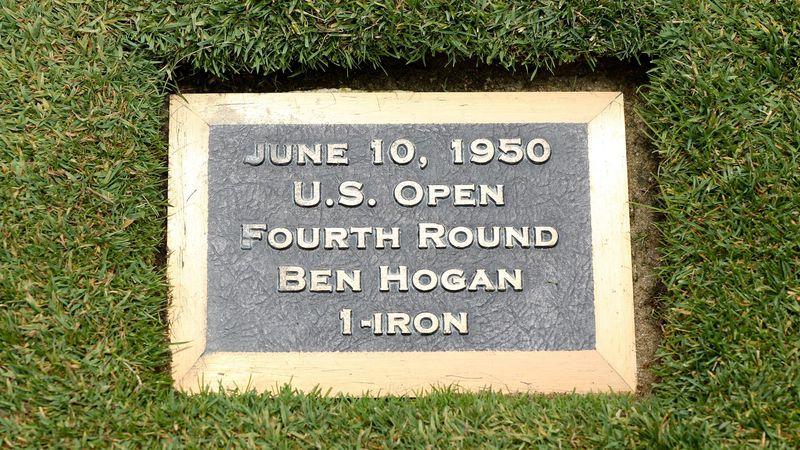 Sur le fairway du trou N.18 de Merion, une plaque commémore le coup mythique de Ben Hogan lors de l'US Open 1950.