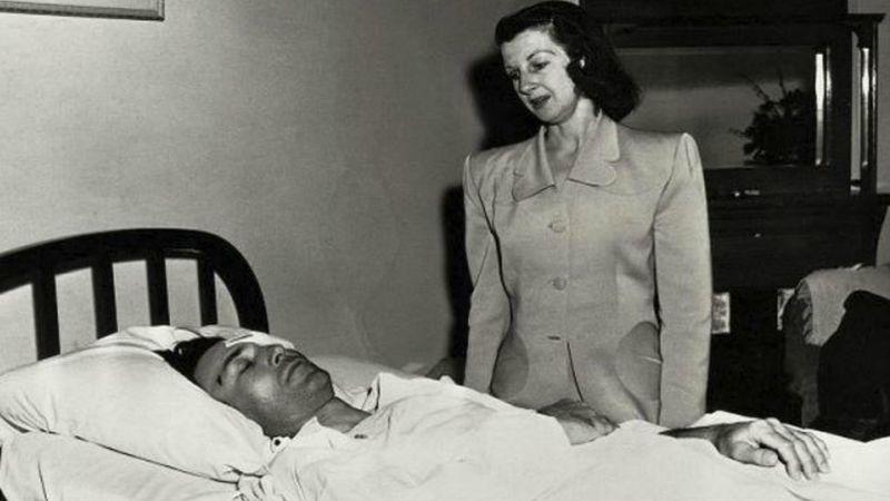 Ben Hogan sur son lit d'hôpital à El Paso, avec son épouse Valerie à ses côtés.