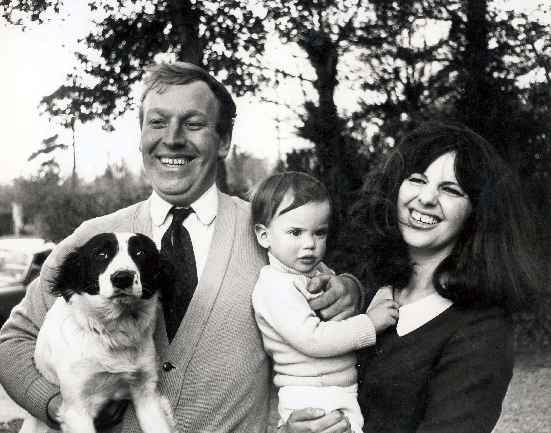 Дэйв Корбетт с семьей и собакой