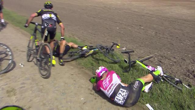 París-Roubaix 2018: La caída de Matteo Trentin que también cortó a Iván Cortina