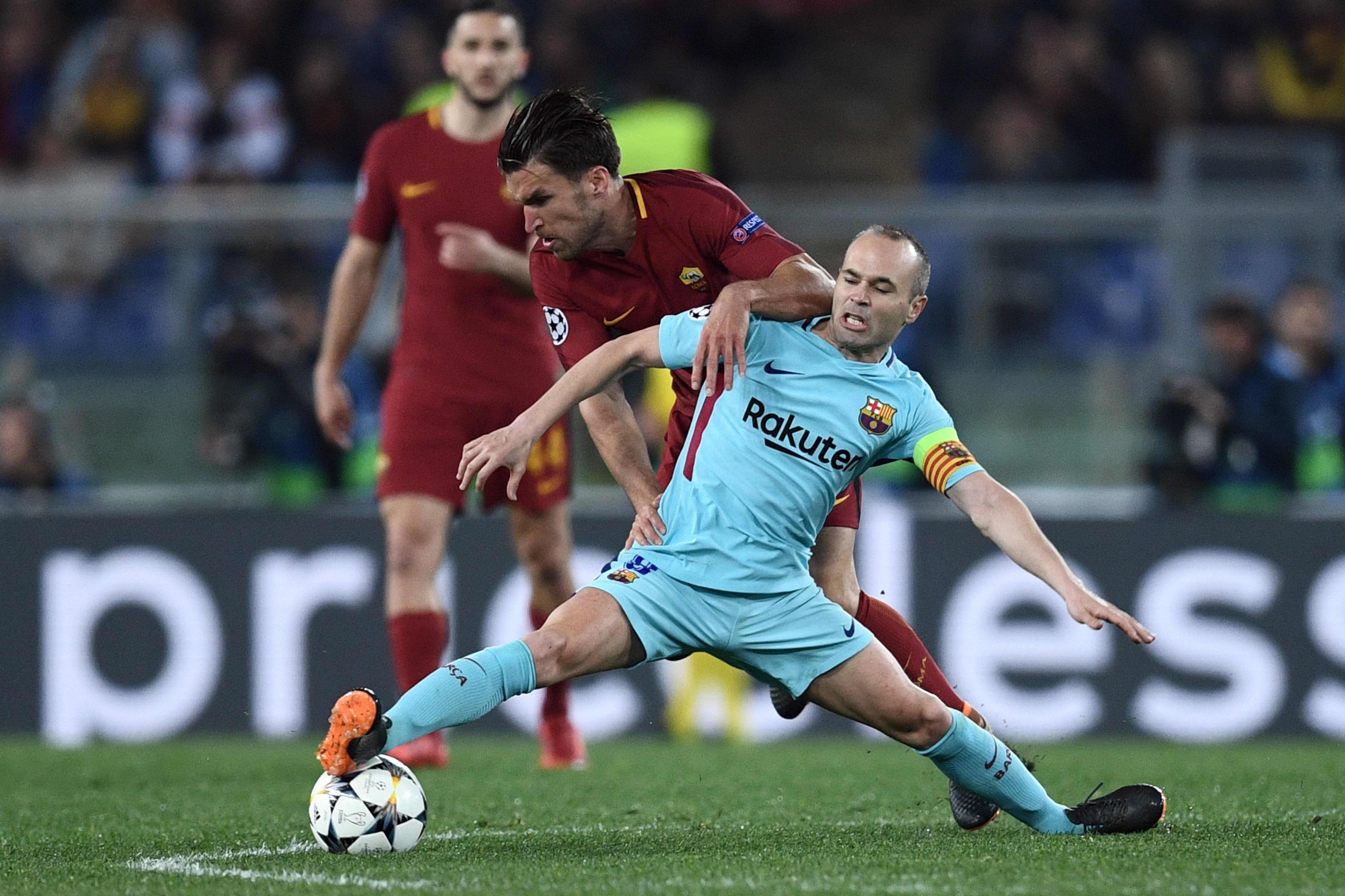 Андрес Иньеста и Кевин Стротман в матче «Рома» – «Барселона»