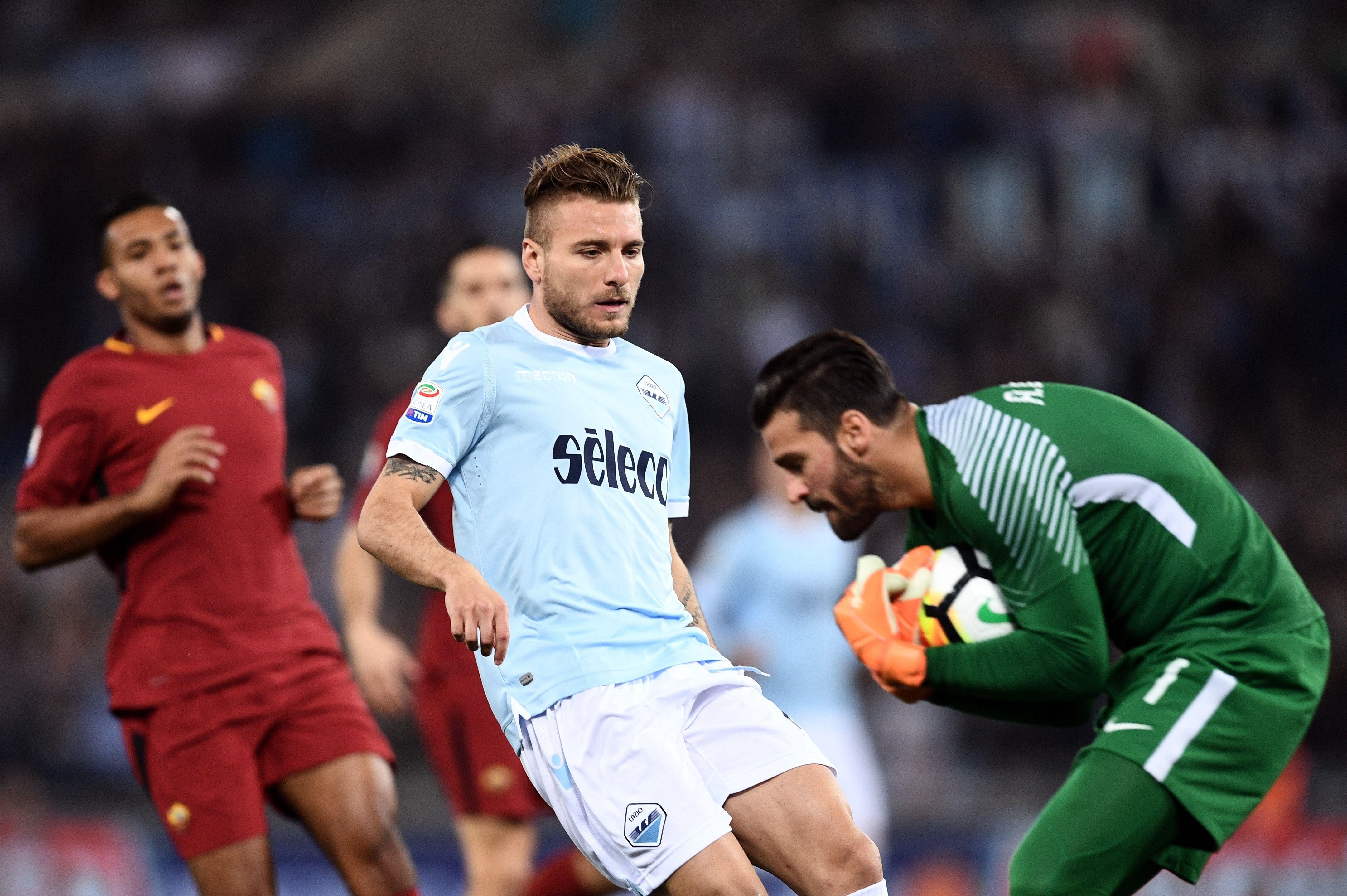 Alisson capte un ballon lors du derby entre la Lazio et l'AS Rome