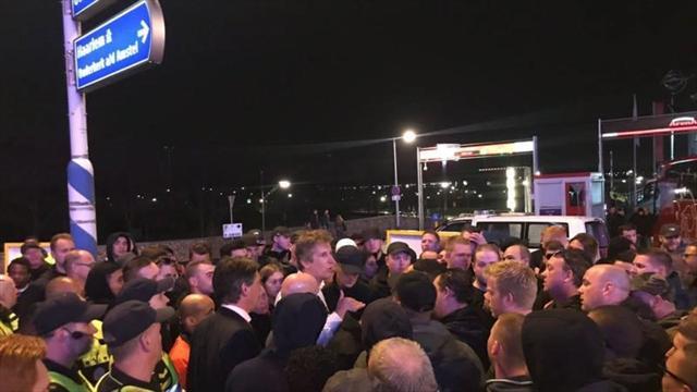 Разозленные фанаты «Аякса» остановили автобус с командой и потребовали отставки Ван дер Сара