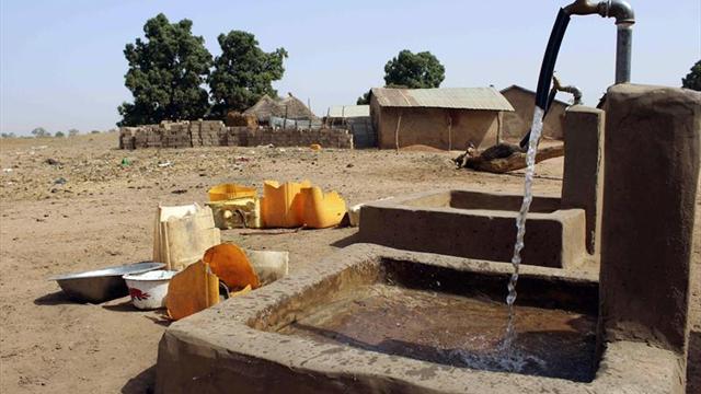 El agua fluye en Gambia un año después del derbi asturiano en África