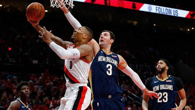 Holiday anota 33, Pelicans ganan a Blazers